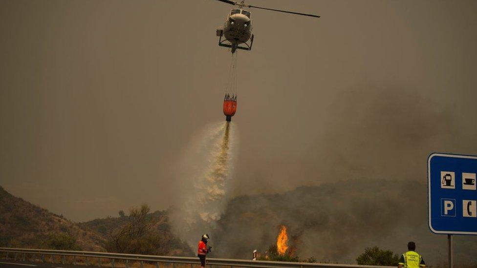Vatrogasci pokušavaju da ugase požar iz vazduha