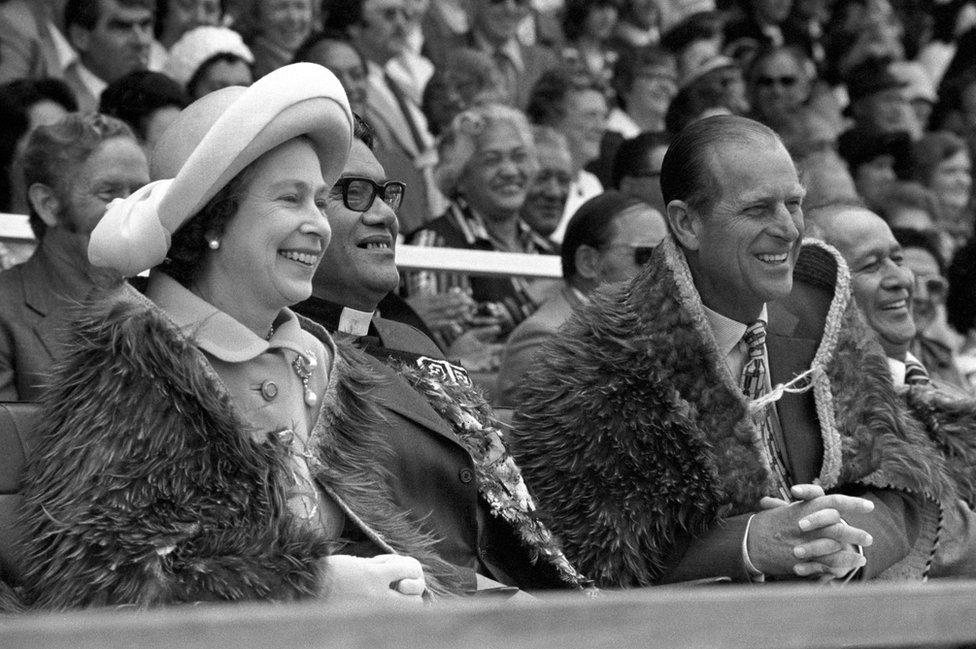 Kraliçe, 1977'de tahta çıkışının 25. yıl dönümünü kutladı. Kraliçe ve Prens Philip bu fotoğrafta, Yeni Zelanda'nın kuzeyindeki Gisborne Rugby Park'ta, aynı yıl Şubat ayında Yeni Zelanda Kraliyet Polinezya Festivali açılış töreninde Maori Kahu-Kiwi geleneksel kıyafetleriyle görülüyor.