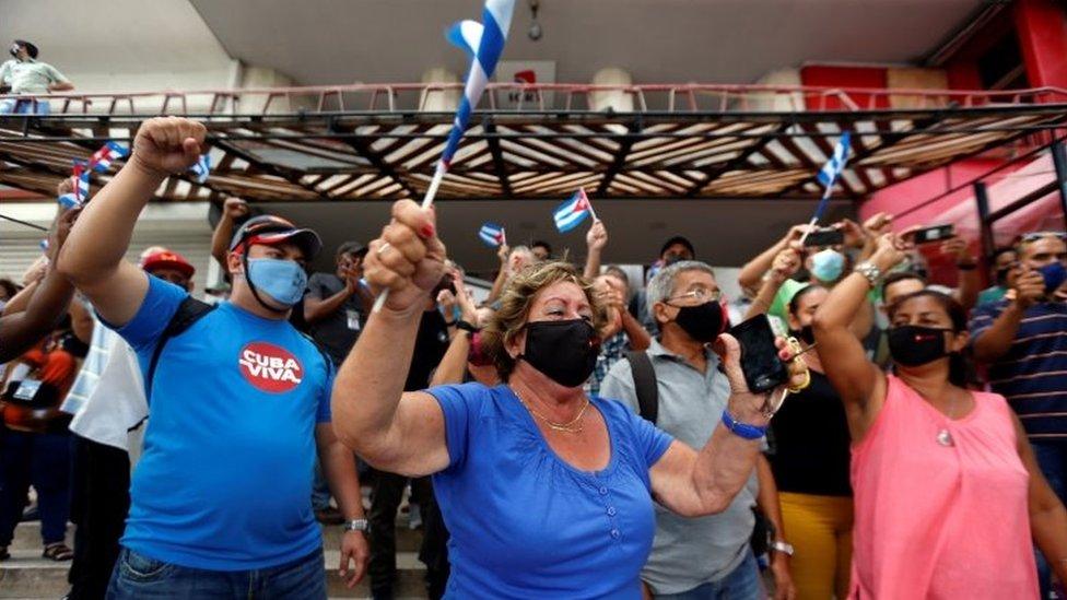Manifestantes a favor del gobierno.