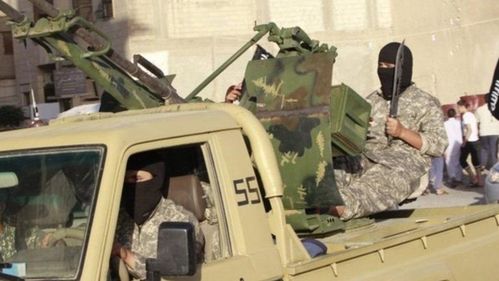 Naoružani borci Islamske države voze se kroz Raku u Siriji (30. jun 2014)