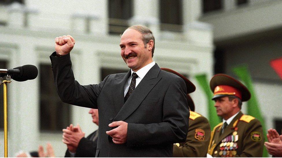 Predsednik Belorusije Aleksandar Lukašenko na vojnoj paradi u Minsku, 1998.