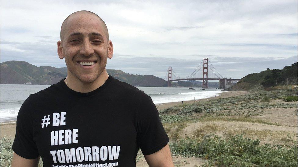 Kevin Hines con el Golden Gate de fondo