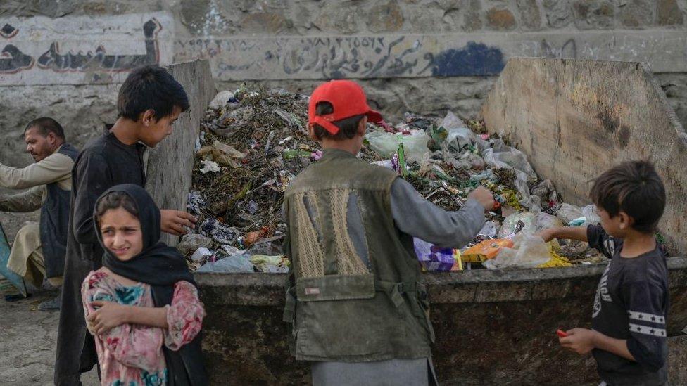 أطفال يبحثون في صناديق قمامة بالقرب من مطار كابل، سبتمبر/أيلول 2021