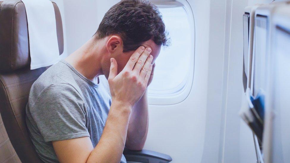 muškarac u avionu