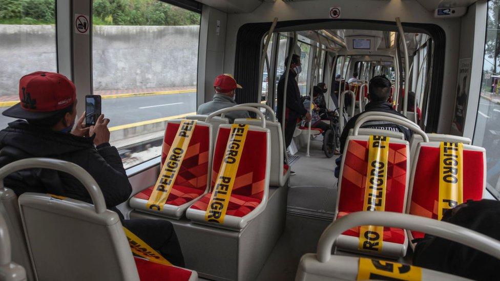 Imagen del tranvía de Cuenca con asientos marcados para mantener el distanciamiento social.