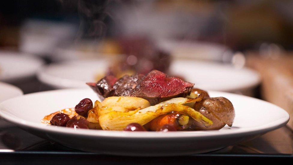 plato que incluye cerezas de la pradera.