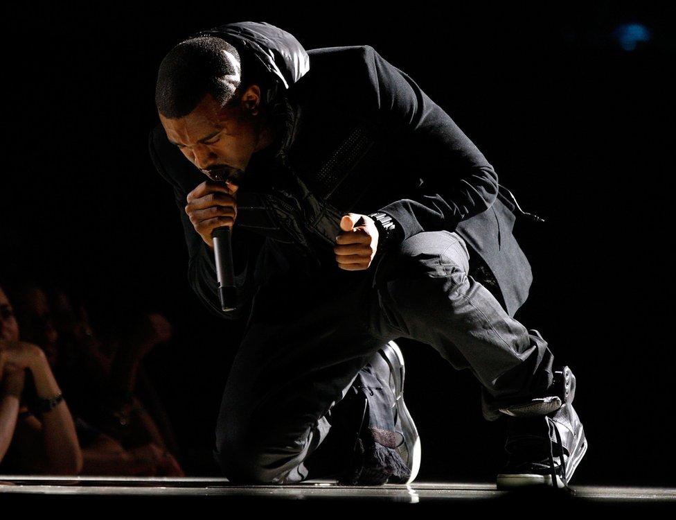 """ظهر كيني ويست بالحذاء أثناء حفل توزيع جوائز """"غرامي"""" عام 2008"""