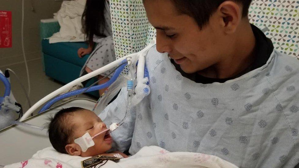 Yovanny Jadiel junto a su padre Giovanni López.