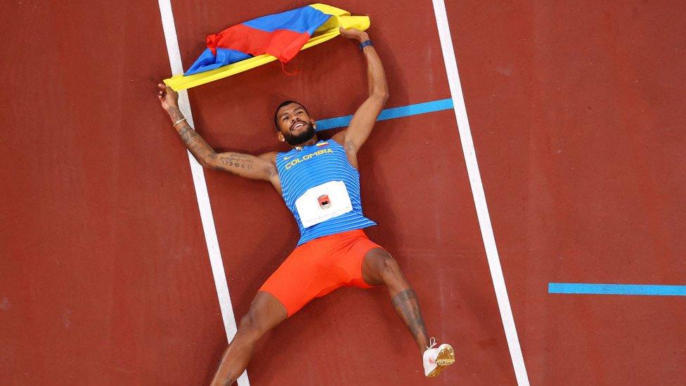 Zambrano en el suelo con la medalla de Colombia tras completar la carrera.