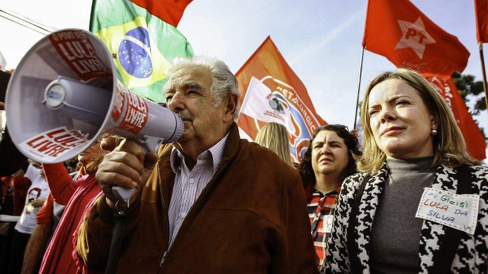 José Mujica (expresidente de Uruguya) y Gleisi Hoffman en una manifestación a favor de Lula en Curitiba