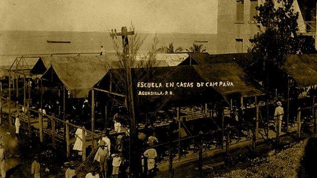 Escuela improvisada en casas de campaña en Aguadilla.