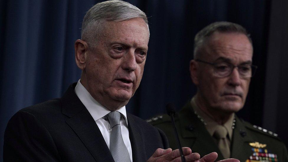 Državni sekretar odbrane Džim Matis (levo) i glavnokomandujući Generalštaba, general Džozef Danford (desno) na konferenciji za štampu o Siriji u Pentagonu, 13. april 2018