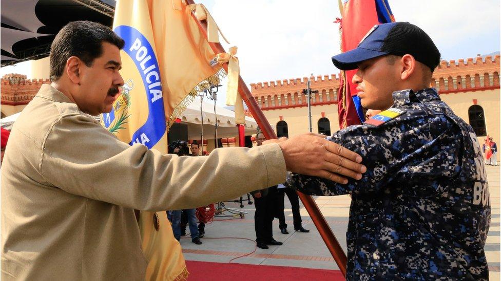 El presidente de Venezuela, Nicolás Maduro (derecha), durante una ceremonia militar en conmemoración del sexto aniversario de la muerte de Hugo Chávez