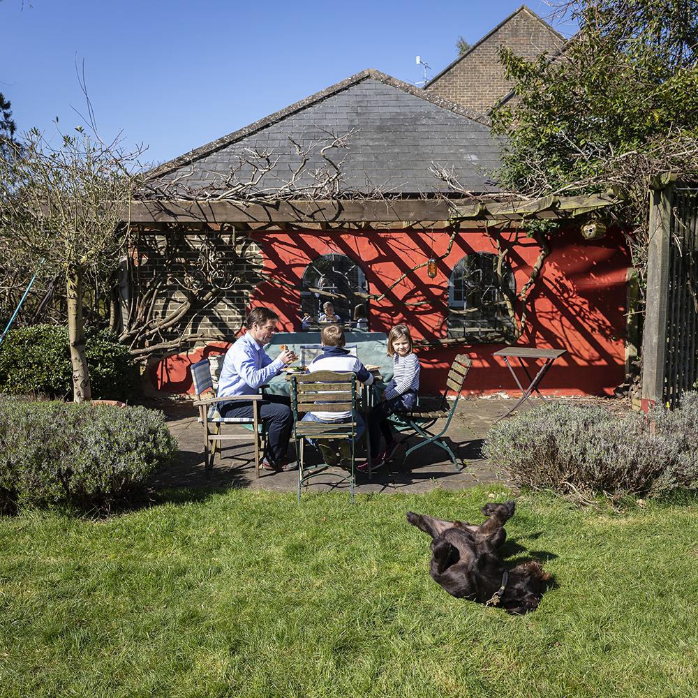 porodica u bašti