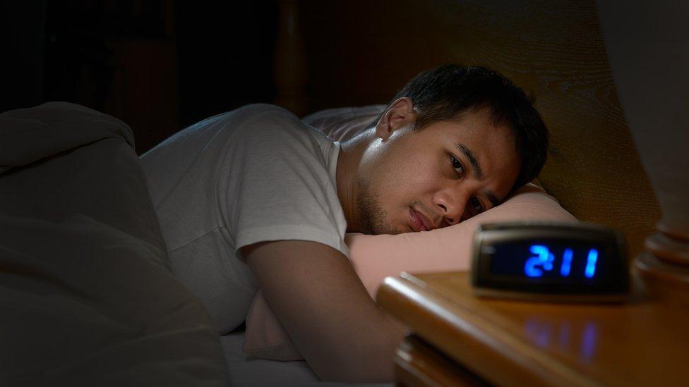 Hombre con insomnio.