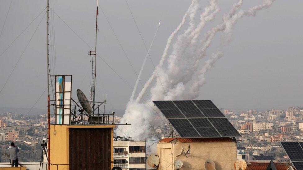 Cohetes lanzados desde Gaza hacia Israel.