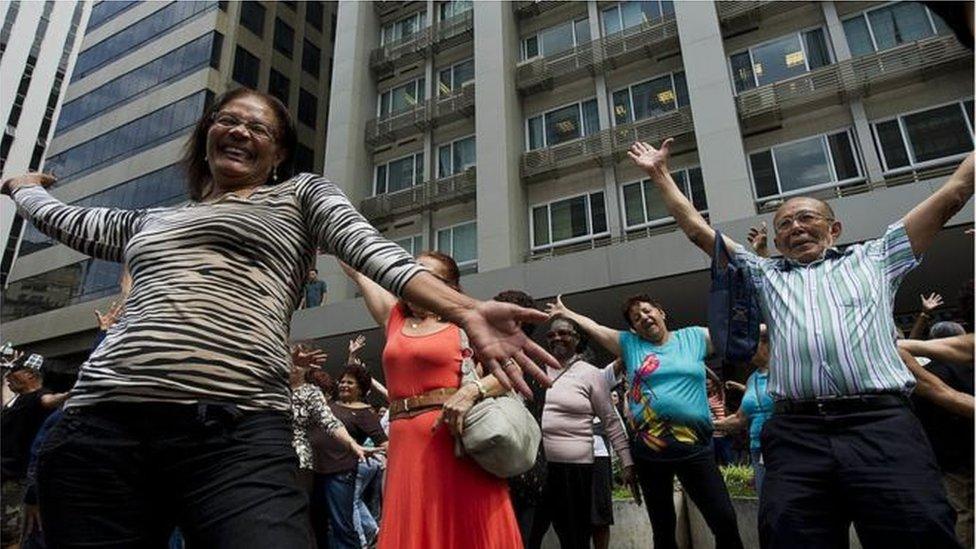Grupo de idosos dança na rua em SP