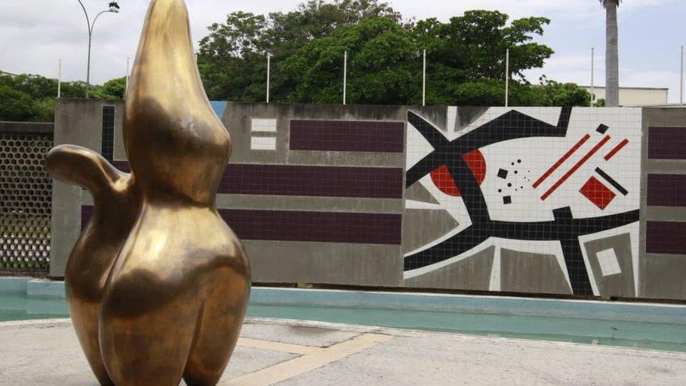 Escultura El Pastor de Nubes, de Jean Arp.