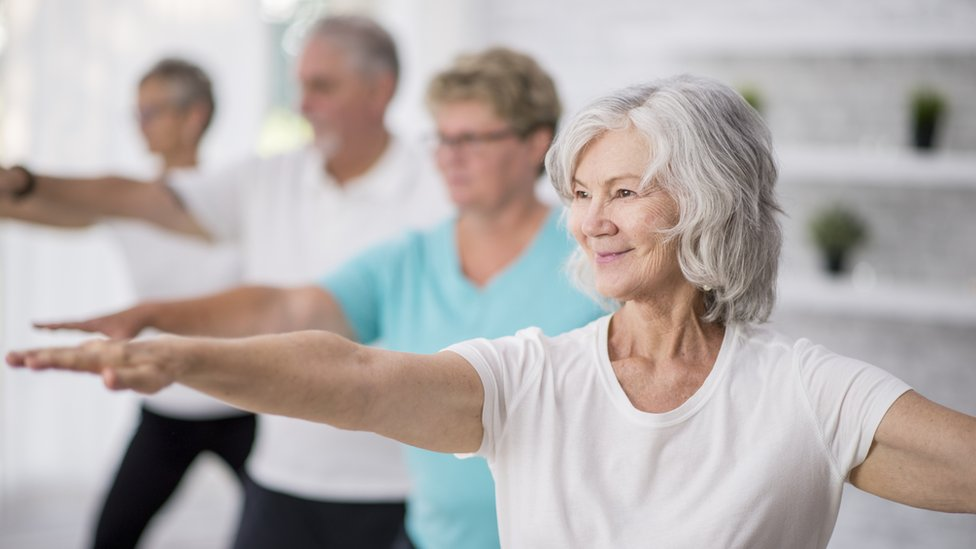 Personas de la tercera edad haciendo ejercicio