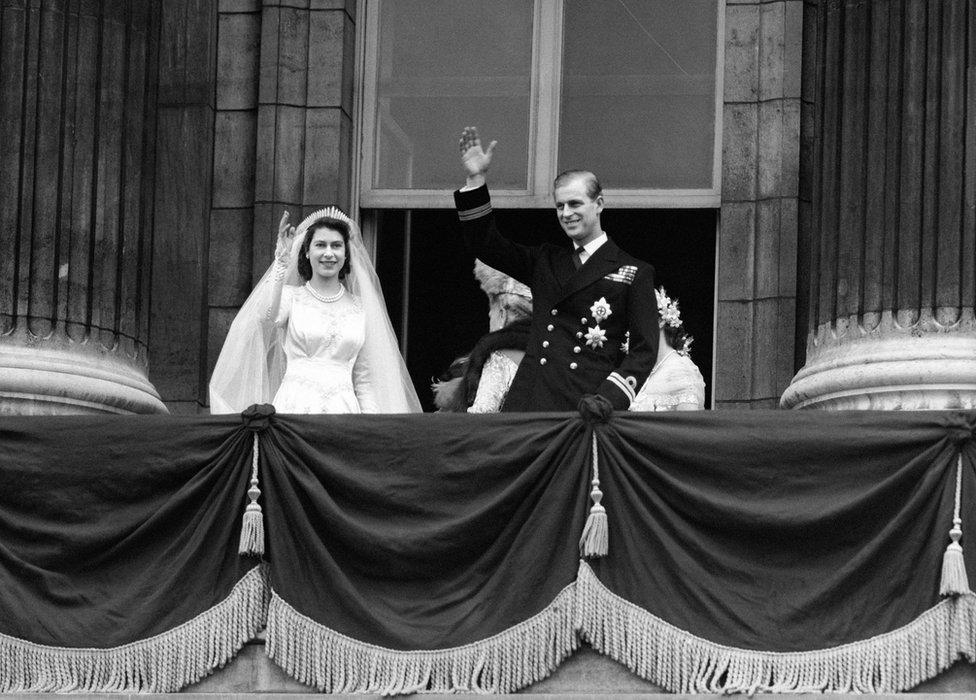 La princesa Isabel y el duque de Edimburgo saludando desde el balcón del Palacio de Buckingham después de casarse.
