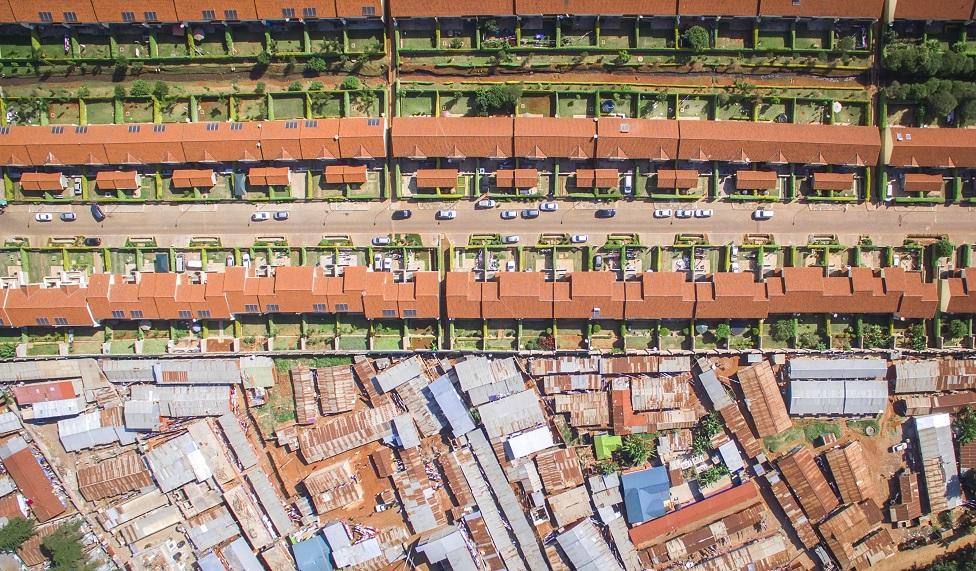Toma aérea del contraste de barrios ricos y pobres en Nairobi, Kenia.