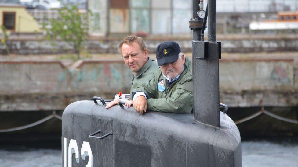 Peter Madsen, junto a otro hombre, en su submarino casero en 2017