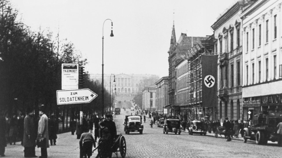 Una esvástica en la capital noruega de Oslo tras la toma de poder nazi en 1940.
