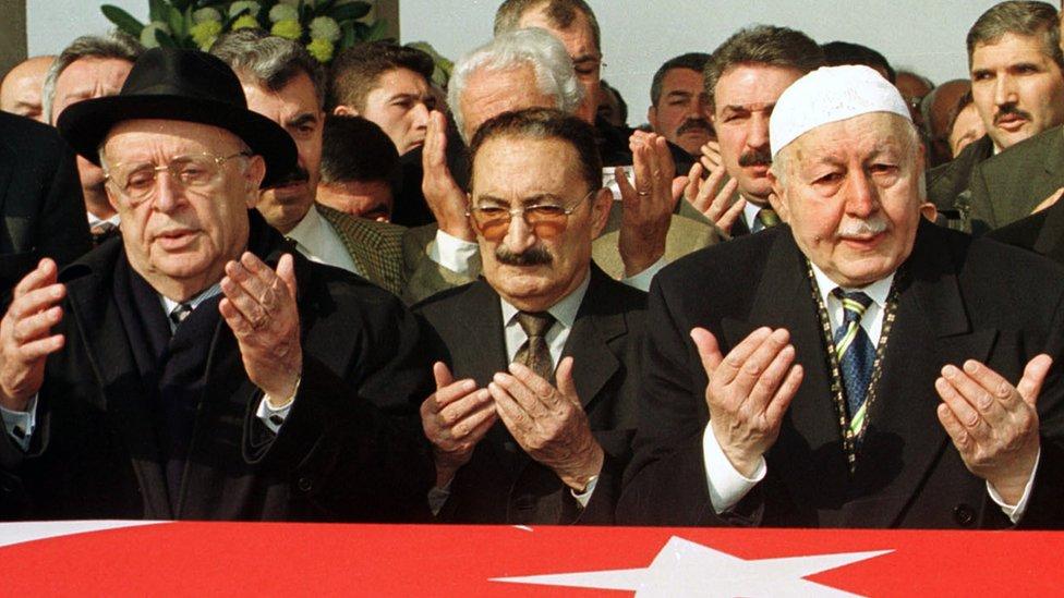 Süleyman Demirel, Bülent Ecevit ve Necmettin Erbakan, 2002'deki bir cenaze töreninde yan yana.
