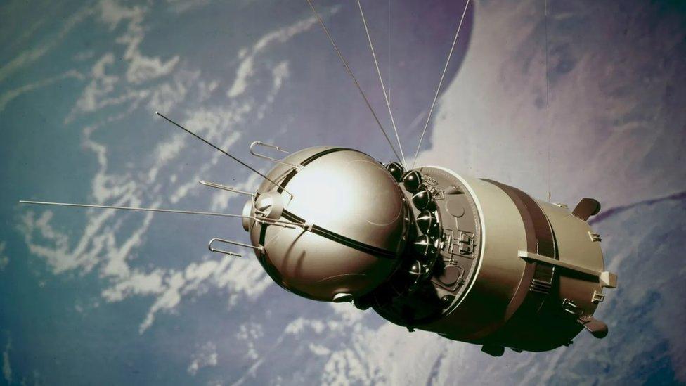 Svemirska letelica Vostok zahtevala je malo podataka od kosmonauta na brodu, jer su njome upravljali kontrolori na zemlji