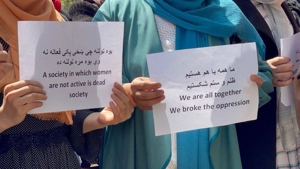 """""""نحن جميعا معا، كسرنا الظلم"""" - لافتات على الاحتجاج في كابل"""