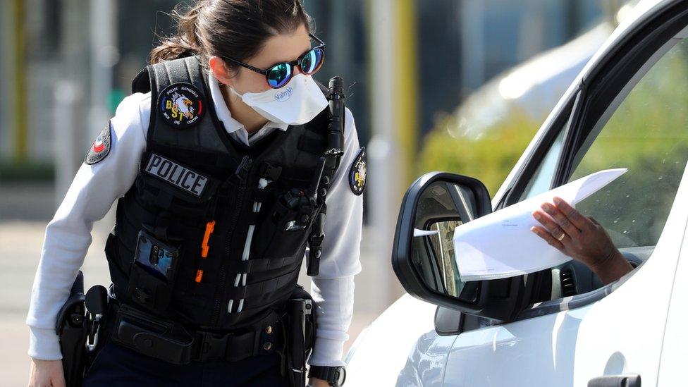 Petugas polisi Prancis memeriksa surat-surat seorang pengendara mobil di pos pemeriksaan di Promenade des Anglais di Nice, 06/04
