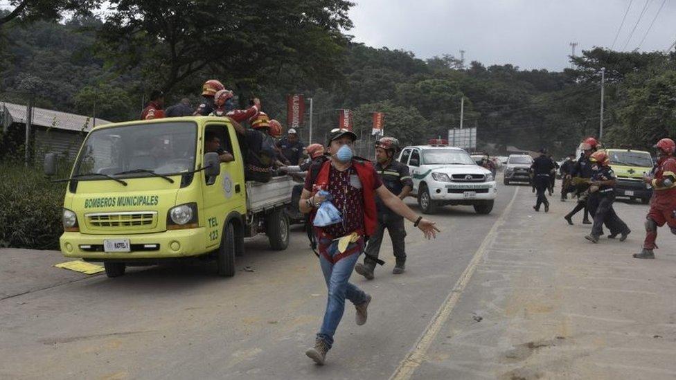 Rescatistas corriendo cerca de El Rodeo