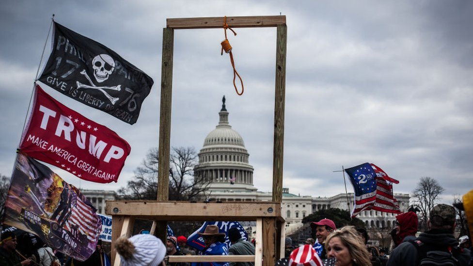 Los manifestantes que se congregaron frente al Capitolio llevaron banderas con calaveras y en apoyo a Donald Trump. En esta imagen se observa también una horca improvisada.