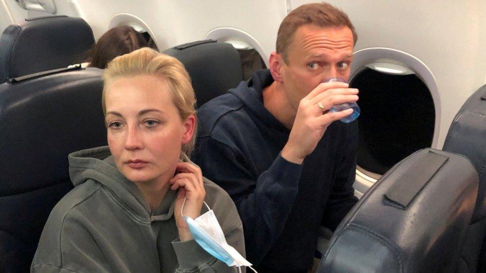 Navalny junto a su esposa en el avión de regreso a Moscú.