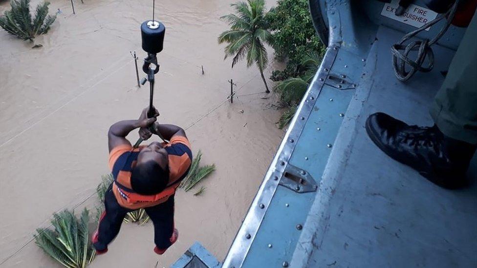 Un hombre es elevado desde un helicóptero en Kerala