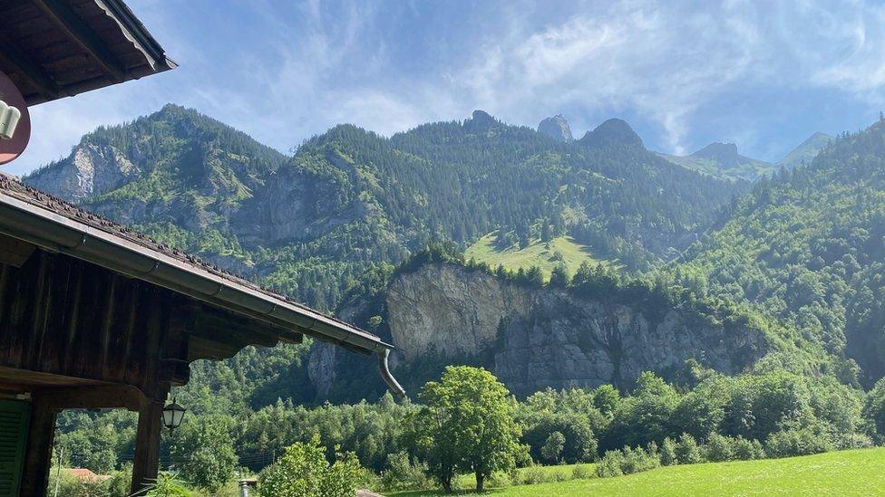 منزل كلوديا يطل على الجبل الذي كان يضم مستودع الذخيرة
