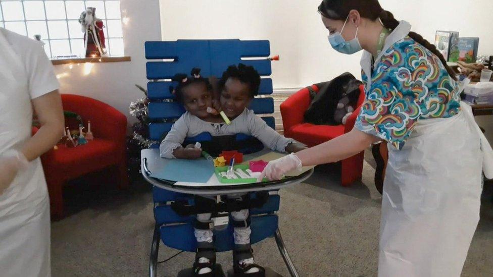 Marieme et Ndeye: les sœurs siamoises à qui les docteurs avaient donné 4 jours à vivre à la naissance font leur entrée à l'école