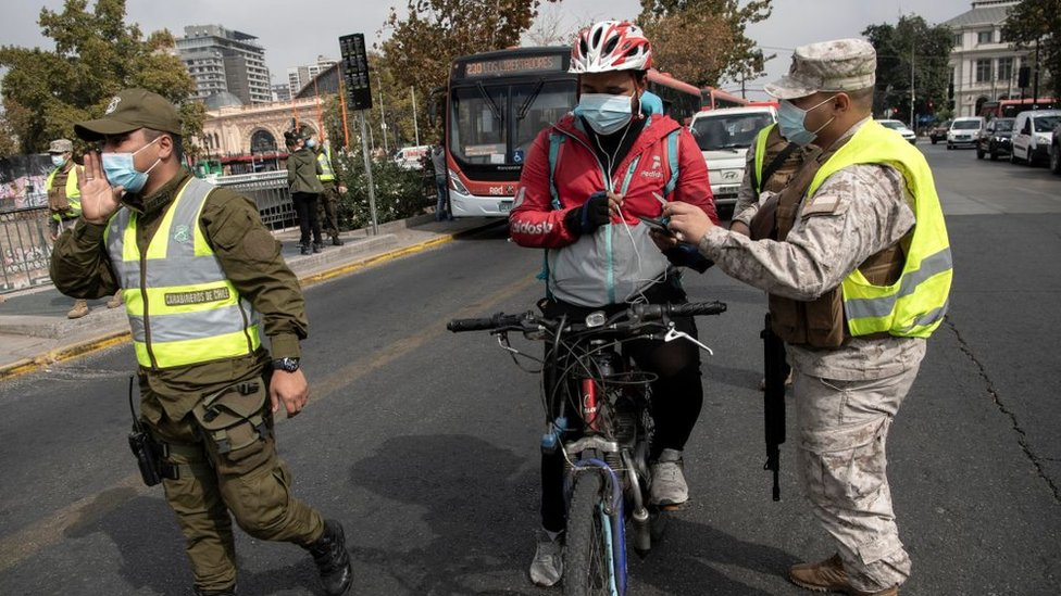 Las autoridades chilenas han impuesto un confinamiento estricto que el fin de semana afectó en torno al 97% de la población.