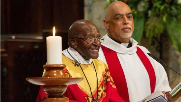 Desmond Tutu celebrando uma missa