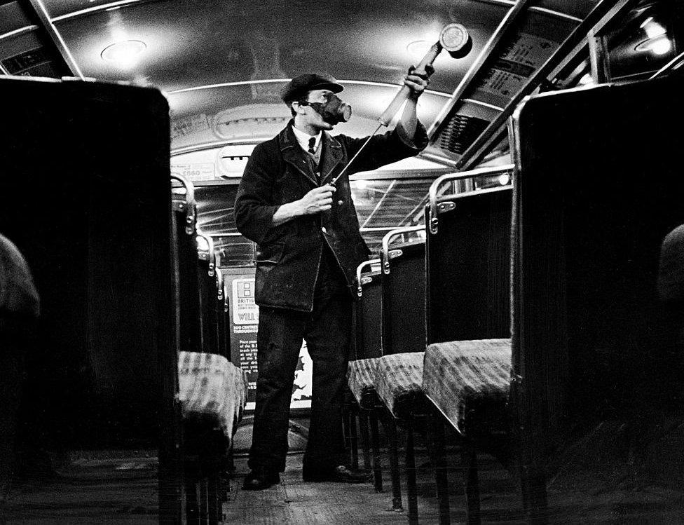 espray antigripal en un autobús