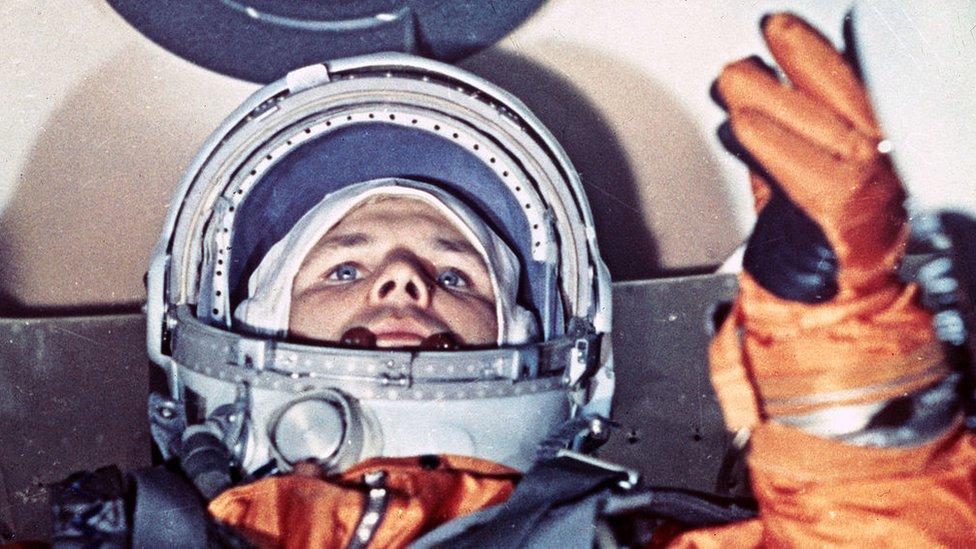 Yuri Gagarin, 1961, justo antes del despegue.