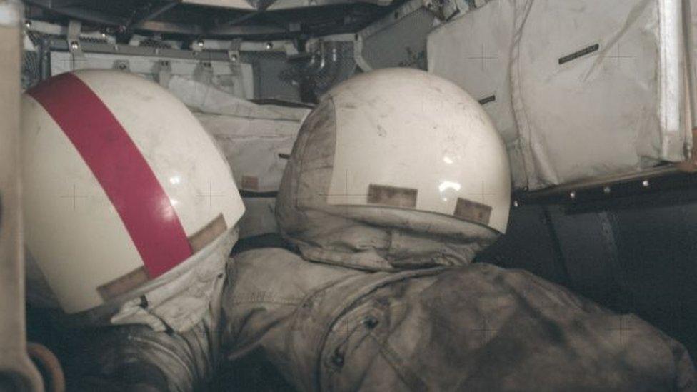Al acabar la misión Apolo 17, en diciembre del 72, los trajes espaciales y cascos quedaron cubiertos de polvo lunar.