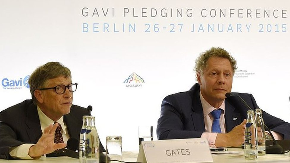 Seth Barkley (centre) and the billionaire philanthropist Bill Gates (left) in a 2015 press conference