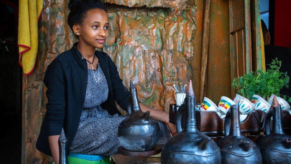 امرأة إثيوبية تحضر القهوة في حانة بمنطقة هراري بإثيوبيا . 8 أغسطس 2019