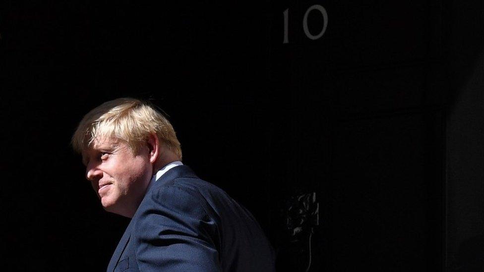 Boris Johnson en la puerta del número 10 de Downing Street, sede oficial del gobierno