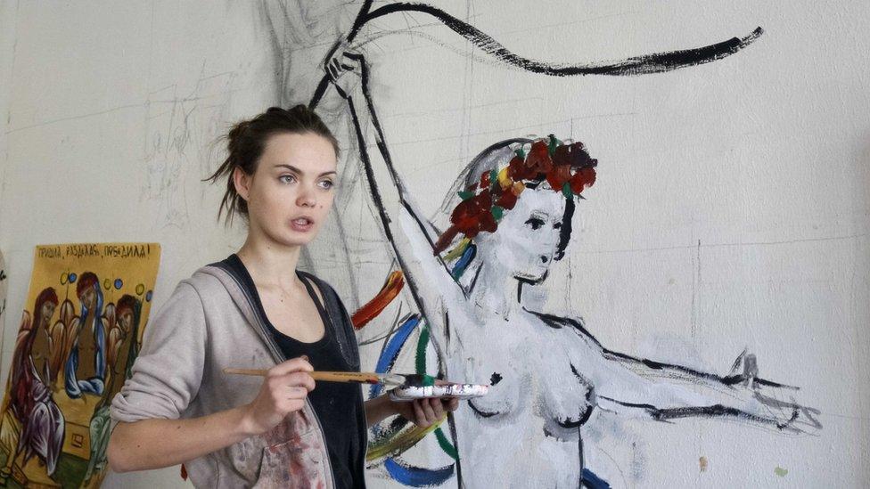 Oksana Shachko pintando una mujer en una pared, en 2012.