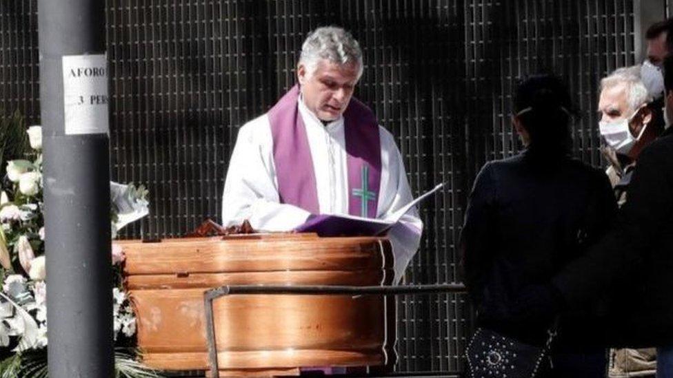 قس يصلي خلال مراسم جنازة في مدينة بنبلونة الإسبانية، ولم يُسمح إلا للأقارب بالحضور