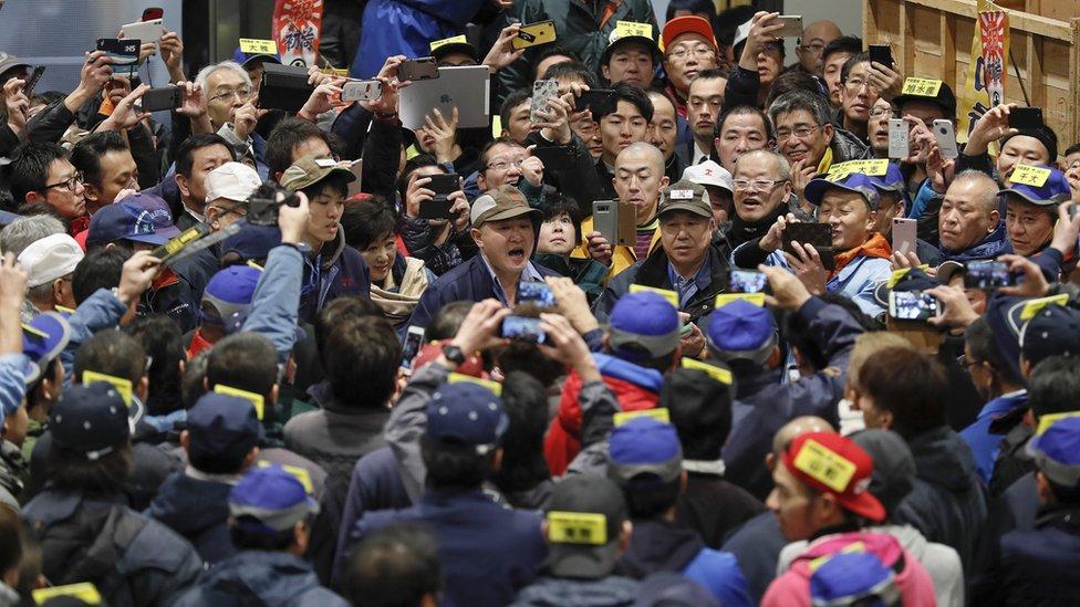 حشد من الأشخاص في مزاد