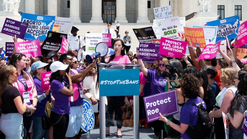 Planlı Ebeveynlik Federasyonu Başkanı Doktor Leana Wen, Washington'daki Yüksek Mahkeme önünde düzenlenen protestoda konuştu