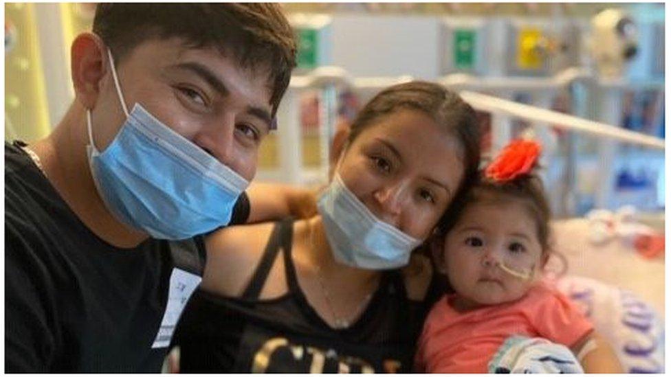 Alexandra junto a su padre, Santos Lovo, y su madre, Victoria López
